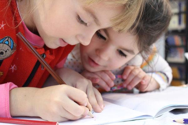 Imagen: niños con TDAH dibujando en un cuaderno